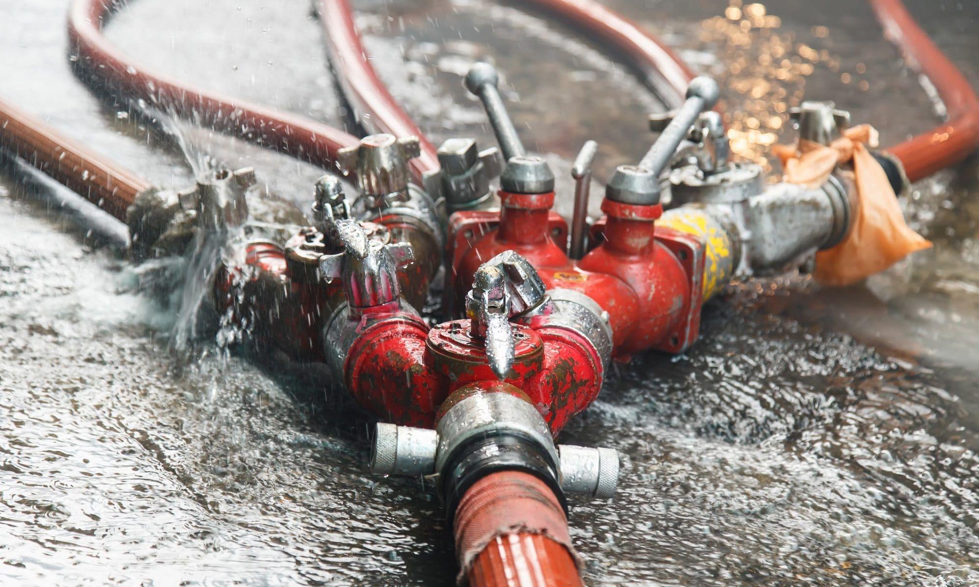Podłączone węże strażackie