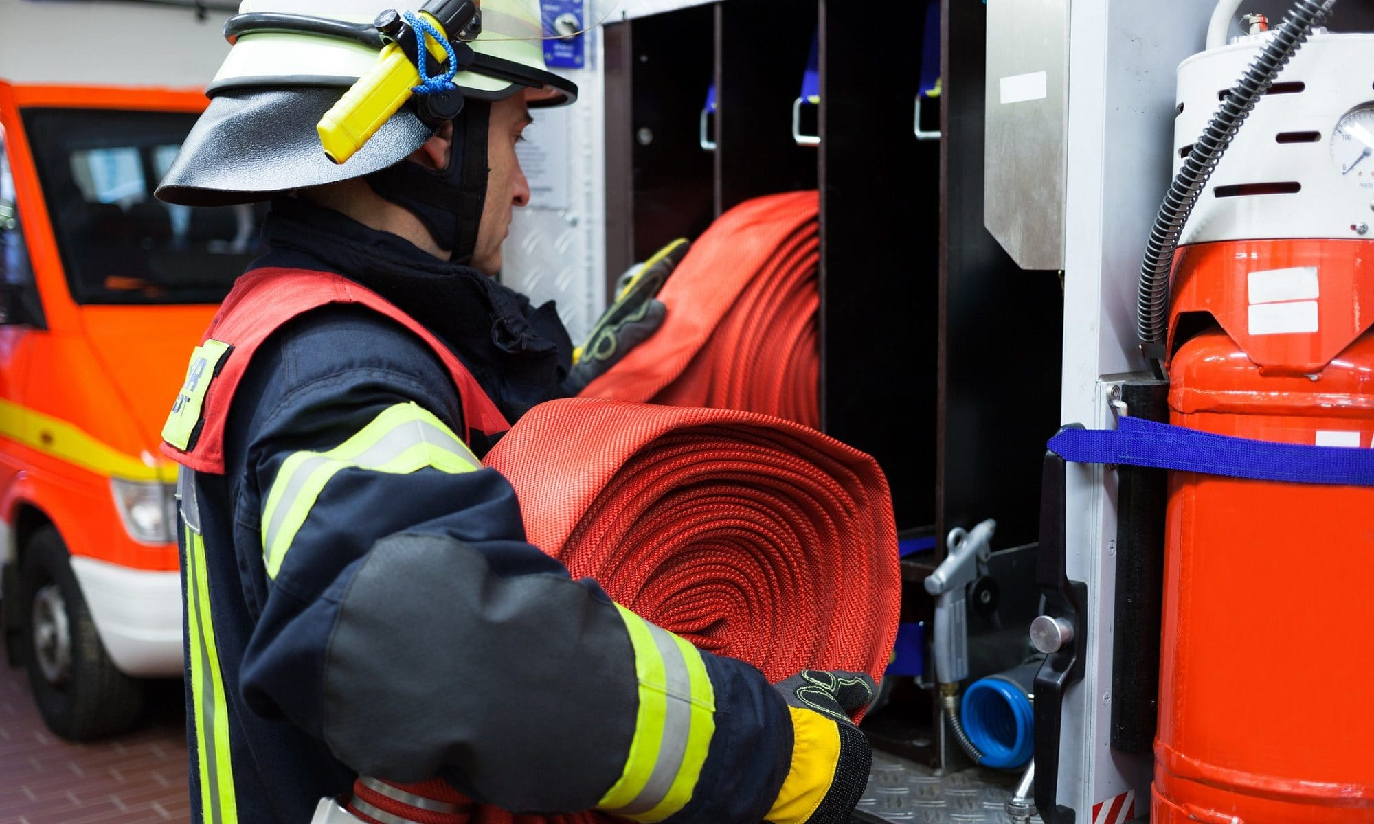 Strażak z wężem strażackim